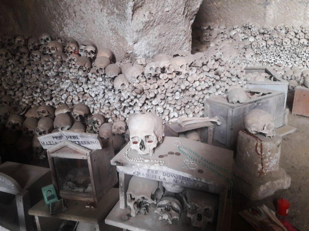 cmentarz-fontanelle-neapol-adopcja-czaszek